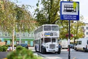 Angielski, piętrowy autobus zbliża się do przystanku