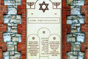 tablica pamiątkowa upamiętnia żydowskich robotników przymusowych fabryki amunicji Hasag-Pelcery