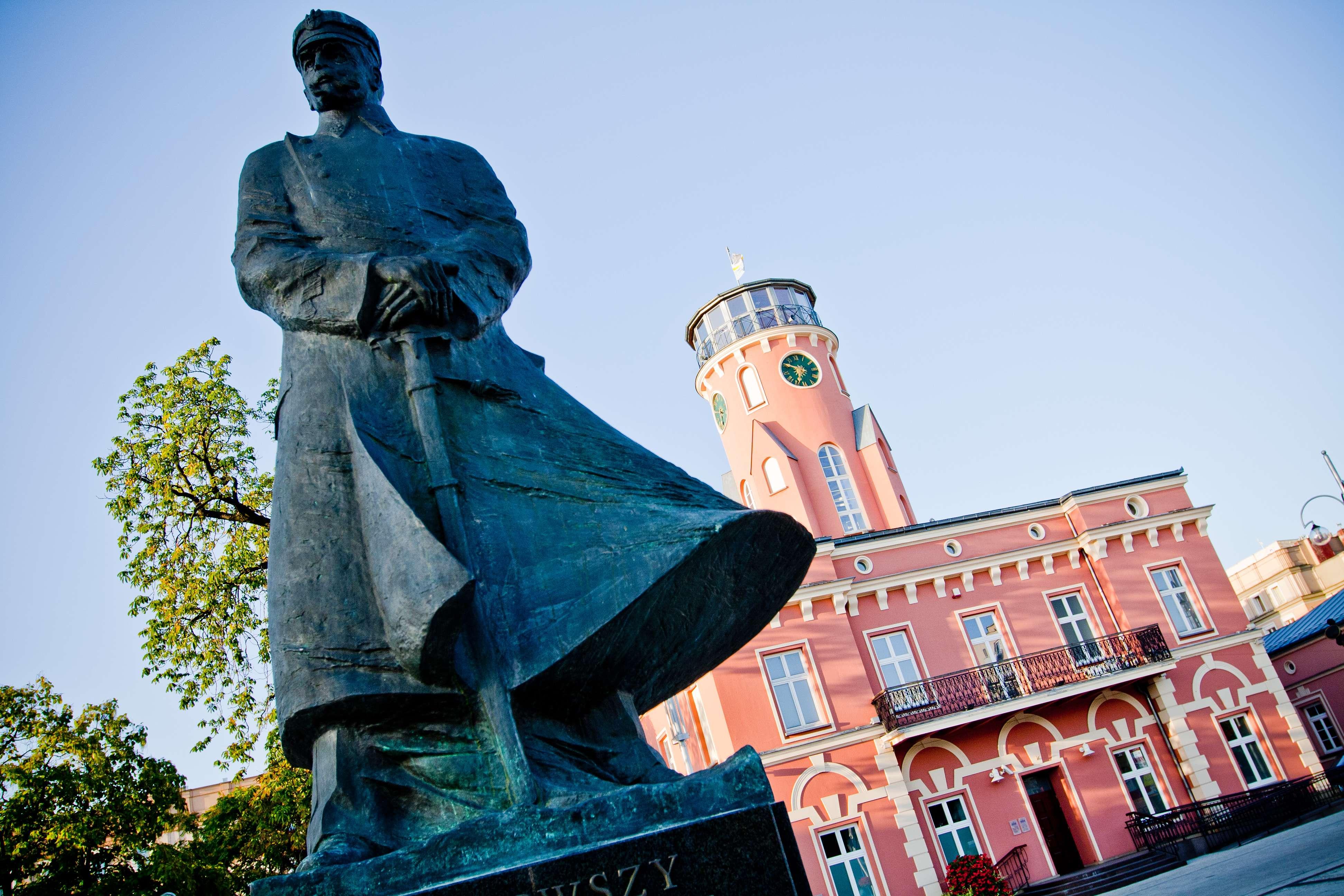 Pomnik Marszałka Piłsudskiego w tle Ratusz Miejski