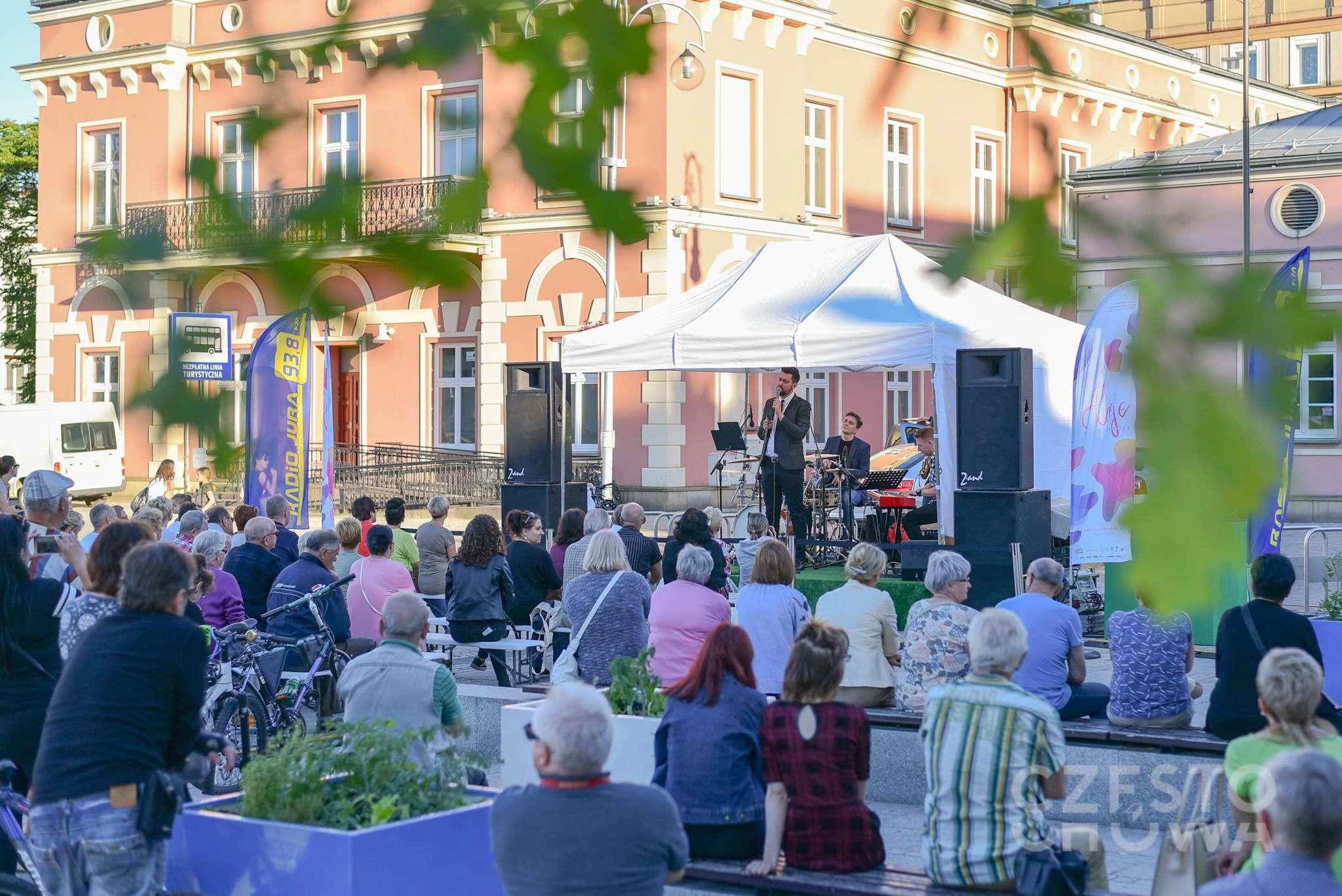 Publiczność zgromadzona na Placu Biegańskiego w trakcie koncertu