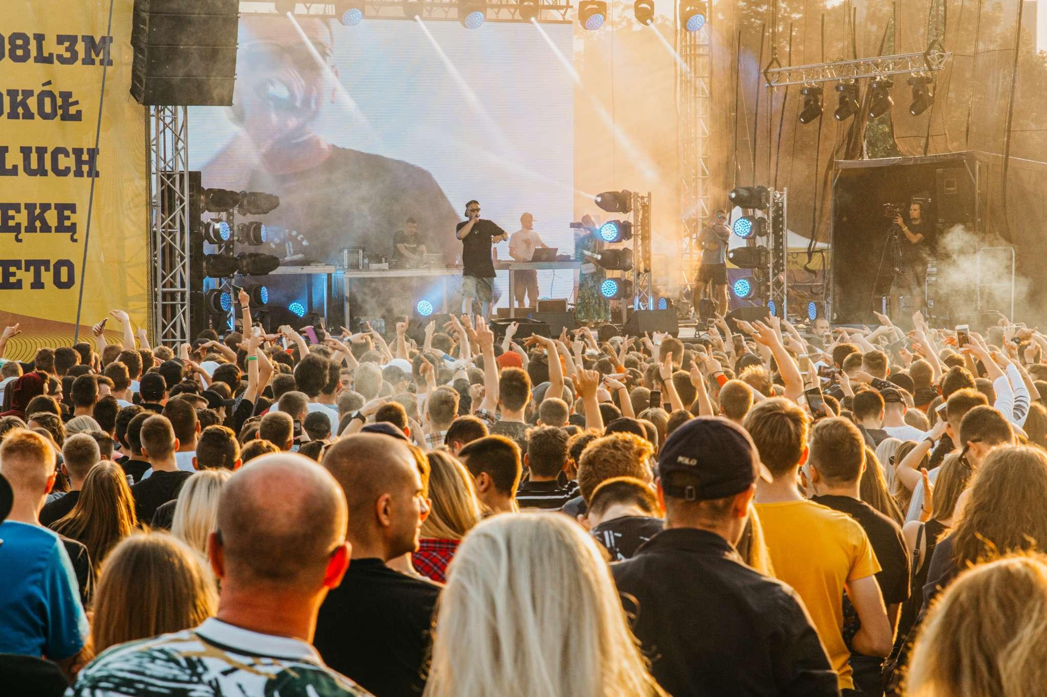 Widok na scenę i  publiczność podczas koncertu w ramach festiwalu