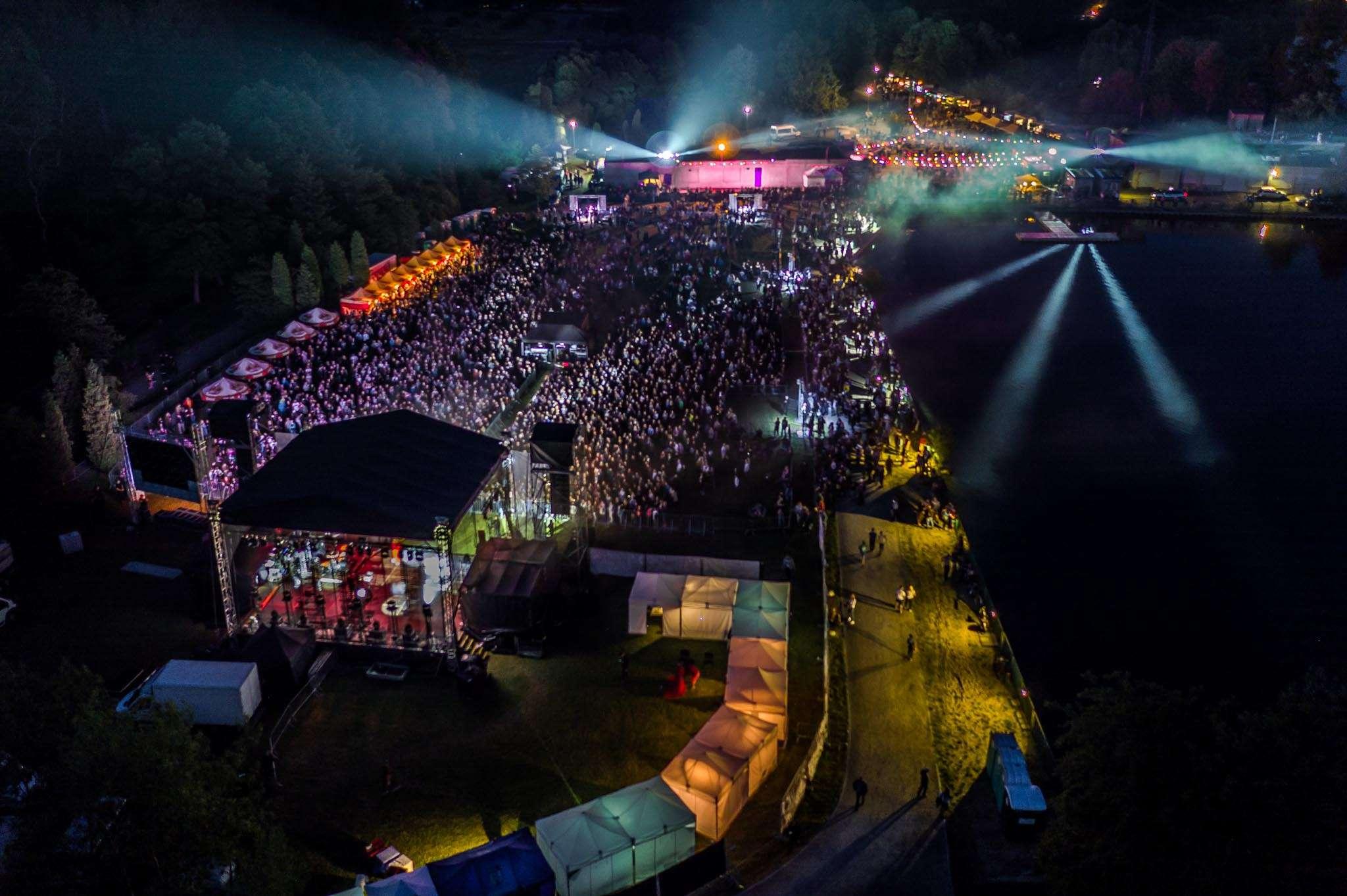 widok na scenę i publiczność z lotu ptaka podczas koncertu frytka off
