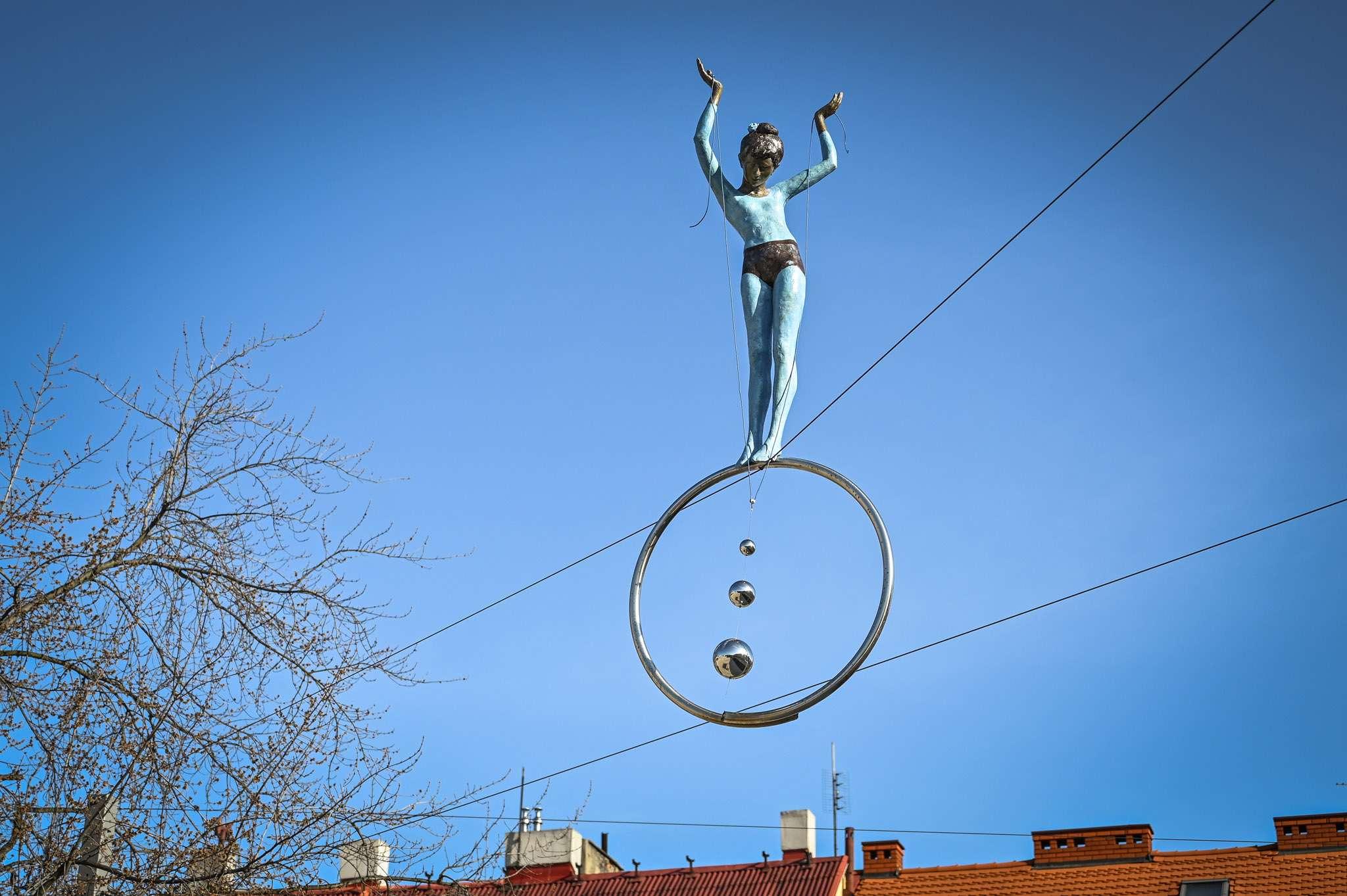 Rzeźba młodej akrobatki na kółku