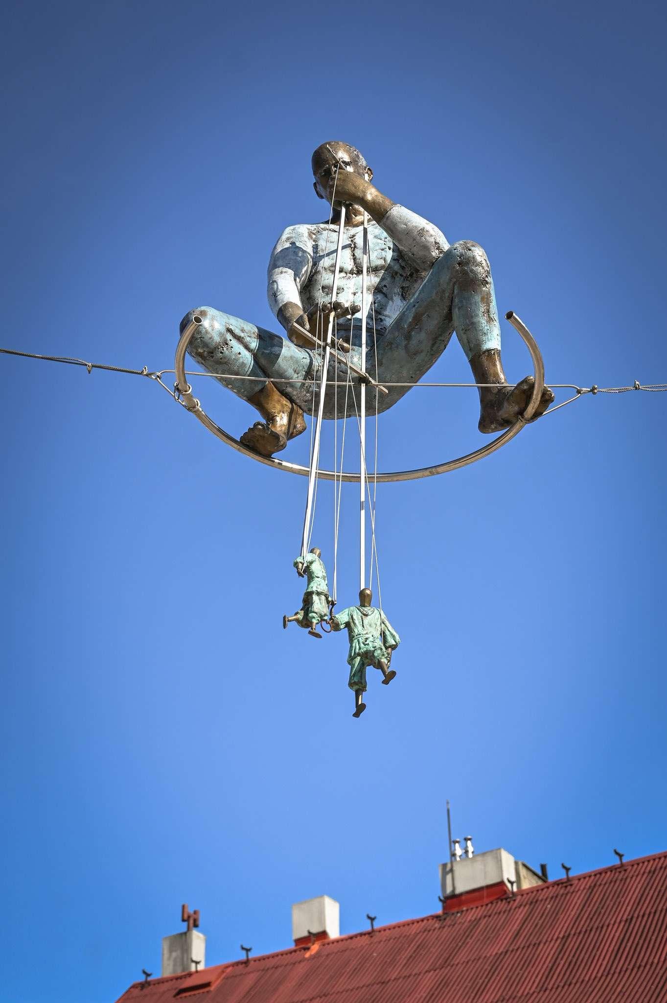 Rzeźba lalkarza, który trenuje i animuje ruch lalkowych prototypów