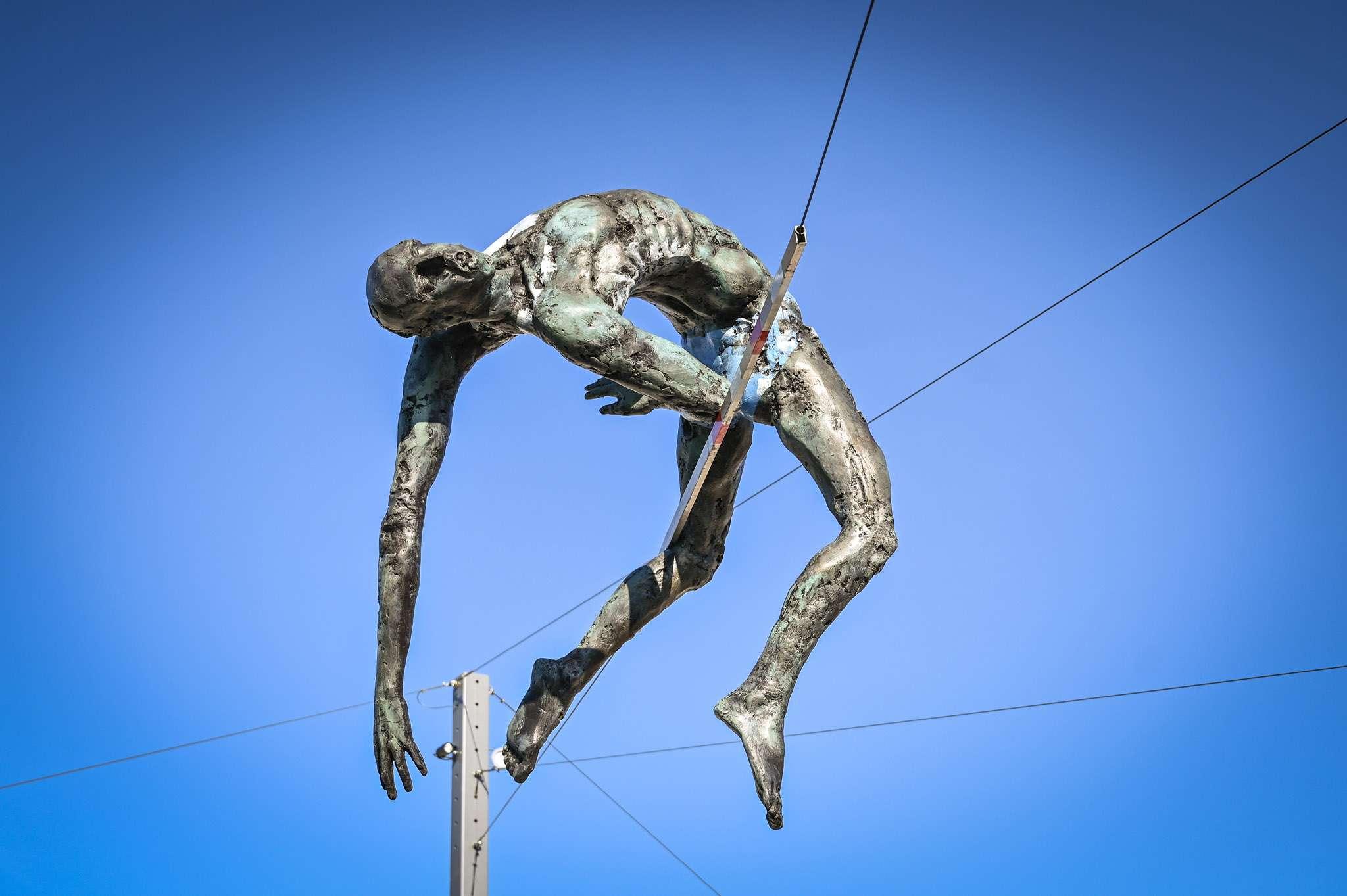 Rzeźba atlety skaczącego wzwyż